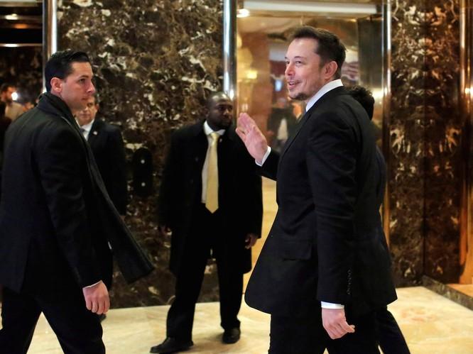 """Một ngày """"bận rộn đến từng giây"""" của Elon Musk, chủ hãng xe điện Tesla ảnh 10"""