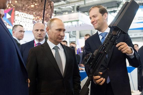 Tổng thống Putin xem Bộ trưởng Công thương Denis Manturov biểu diễn hệ thống vũ khí chuyên bắn hạ các máy bay không người lái