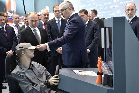 """Hệ thống kiểm soát độ tỉnh táo của lái xe SleepAlert gồm một mũ và các cảm biến gắn trên cổ tay có thể theo dõi độ mệt mỏi của lái xe và cảnh báo trong trường hợp người này buồn ngủ hoặc mất tập trung khi điều khiển xe trên đường. Tổng thống Putin đánh giá: """"Đây là một thiết bị cần thiết""""."""