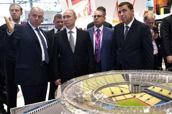 Tổng thống Putin xem mô hình sân vận động đang được xây dựng tại Yekaterinburg chuẩn bị cho Giải vô địch bóng đá thế giới 2018.