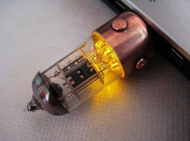 USB handmade hình bóng điện tử radio cổ. Dung lượng từ 8 đến 64 GB. Giá từ 39 đến 69 USD