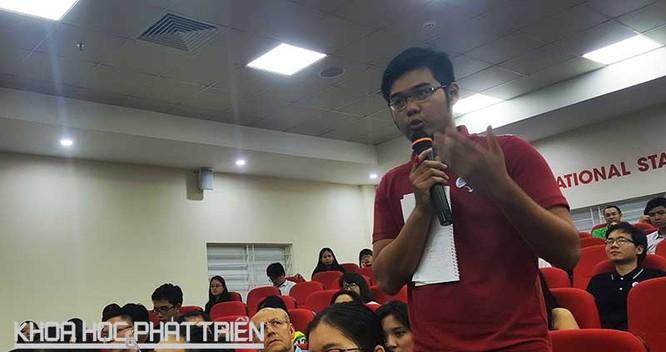 Bạn Nguyễn Mạnh Hiếu - sinh viên Đại học Kinh tế, đang đặt câu hỏi cho các diễn giả. Ảnh Tùng Minh