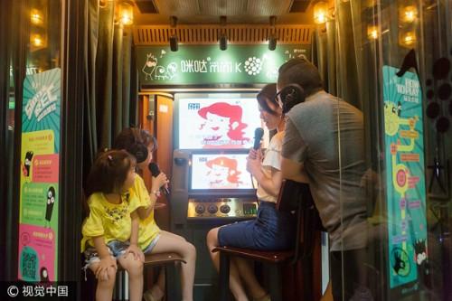 Một gia đình đang sử dụng phòng KTV Mini ở Quảng Châu, Quảng Đông, Trung Quốc.