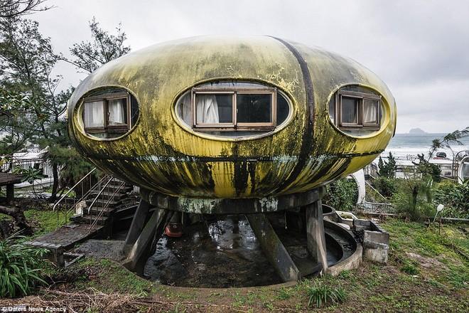 Ngoài một số ngôi nhà UFO vẫn có người sinh sống, còn lại rất nhiều căn nhà xuống cấp bị bỏ hoang suốt hàng chục năm.