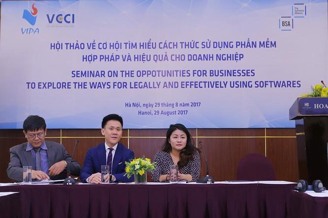 Ông Gary Gan (ngồi giữa), Giám đốc Chương trình Tuân thủ Khu vực Châu Á - Thái Bình Dương, BSA| Liên minh Phần mềm trao đổi với các doanh nghiệp Việt Nam