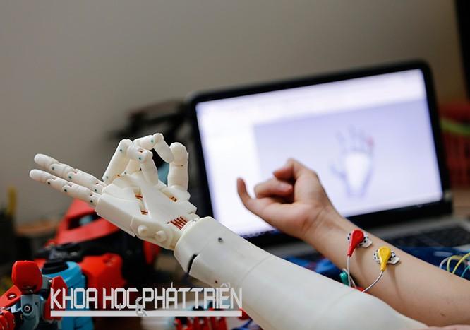 Cánh tay điều khiển bằng suy nghĩ được hình thành từ công nghệ in 3D của Công ty TNHH 3D Master. Ảnh: Lê Loan