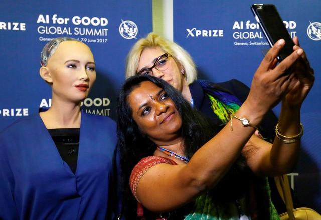 Sophia chụp ảnh selfie cũng khách mời tại chương trình.