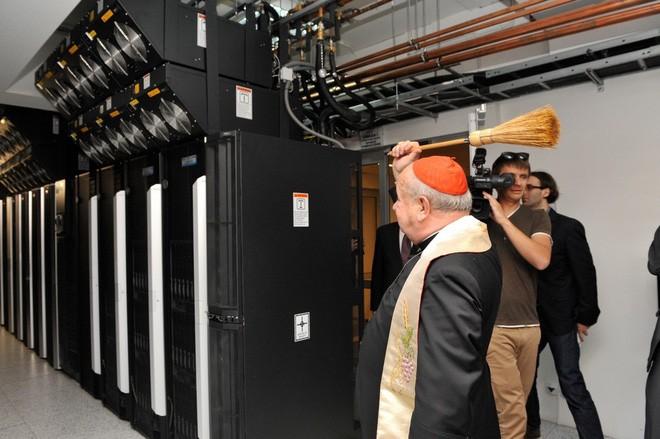 Việc phù phép, ban phước cho thiết bị điện tử đâu phải hiếm. Đây là thầy tu đang ban phước cho server ở Ba Lan.
