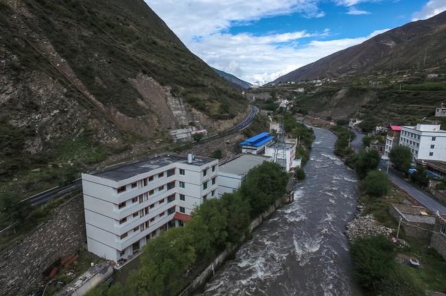 Hình 1: Khu mỏ Bitcoin mà nhiếp ảnh gia đến thăm là ngôi nhà được lợp bằng tôm màu xanh biển đầy cá tính nằm khiêm tốn cạnh một nhà máy điện ở châu tự trị Ngawa, thuộc khu tự trị người Khương ở Tây Tạng, Tứ Xuyên