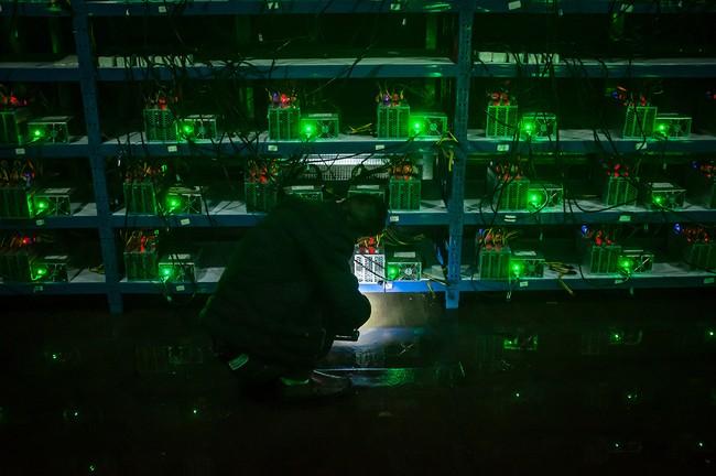 """Hình 4: Huang – em trai của Kun – đang kiểm tra hoạt động của một máy cày trong ca làm việc đêm. Anh chia sẻ """"Thật ra cứ khi gặp vấn đề gì thì chúng tôi chỉ cần đơn giản là khởi động lại máy cày mà thôi. Còn khi đó là một vấn đề phức tạp, chúng tôi chỉ việc đưa nó đến nhà máy để sửa chữa mà thôi"""""""