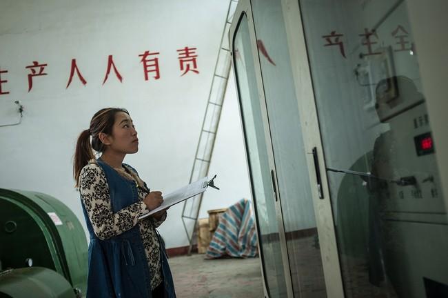 Hình 5: Một nhân viên của nhà máy thủy điện đang kiểm tra máy phát điện, Kun đã thuyết phục được chủ nhà máy điện để anh thiết lập một mỏ cày Bitcoin cạnh nhà máy điện vào năm 2015