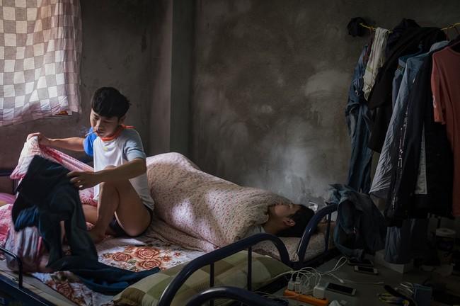 """Hình 12: Căn phòng nơi Sun và các đồng nghiệp của mình ngủ và sinh hoạt. Sun cho biết """"Để đến được thị trấn kế bên phải mất tới 36km vì thế nơi đây hầu như không có chỗ nào để tiêu tiền cả, nên làm ra bao nhiêu là tiết kiệm được hết"""""""
