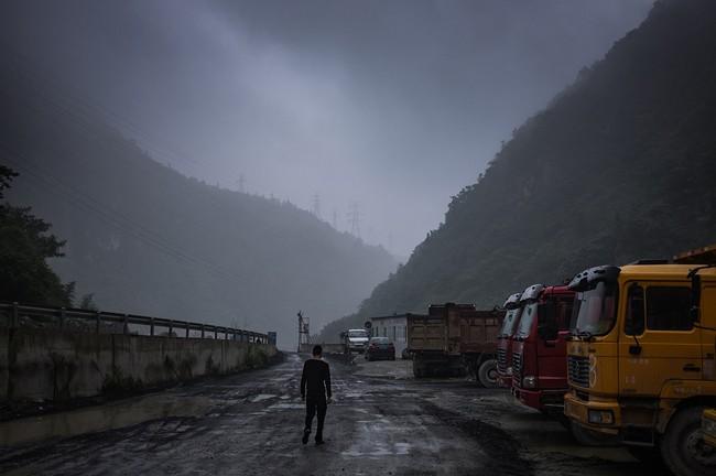 Hình 15: Con đường hai bên là dãy núi sương phủ quanh năm này chính là con đường dẫn tới khu mỏ