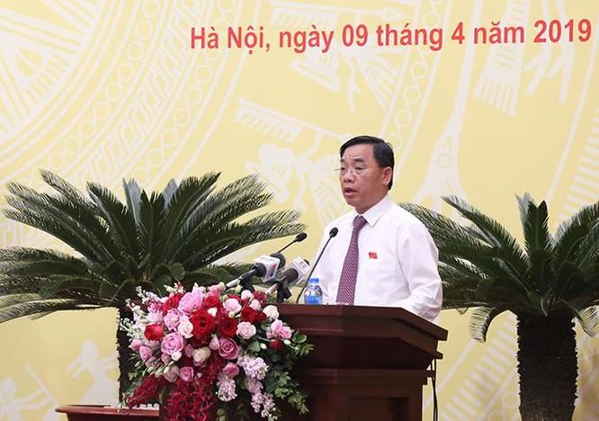 Giám đốc Sở Y tế Nguyễn Khắc Hiền trình bày Tờ trình điều chỉnh giá KCB tại kỳ họp của HĐND