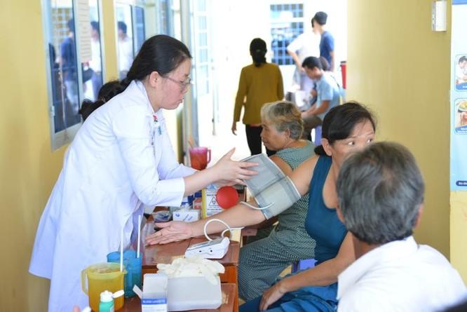 Bác sĩ BV Đại học Y - Dược TP. Hồ Chí Minh khám bệnh cho người dân