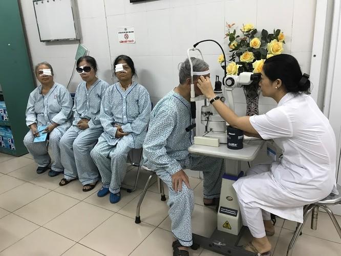 Kiểm tra mắt cho bệnh nhân sau mổ