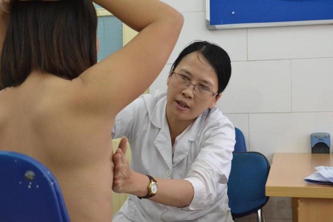 Khám sàng lọc ung thư vú ở Bệnh viện Bạch Mai