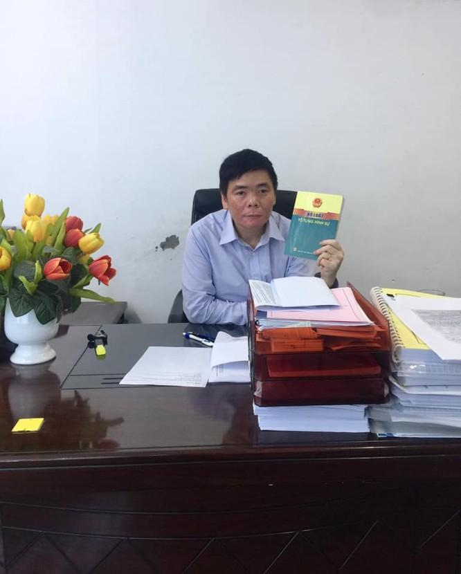 Tài khoản Facebook của luật sư Trần Vũ Hải đăng ảnh cho biết ông ở lại văn phòng sau khi công an kết thúc cuộc khám xét