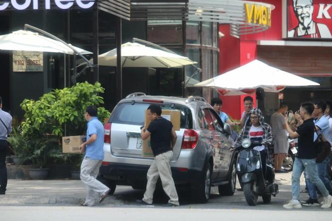 Lực lượng chức năng khám xét nhà luật sư Trần Vũ Hải