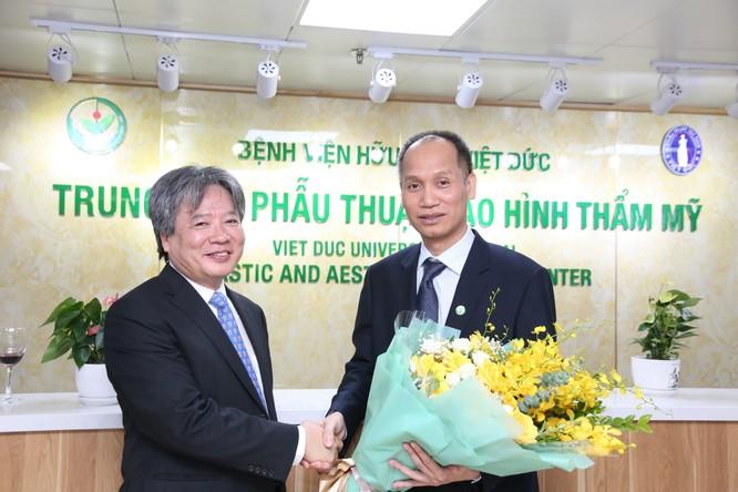 GS. TS Trần Bình Giang chúc mừng PGS.TS. Nguyễn Hồng Hà với nhiệm vụ mới