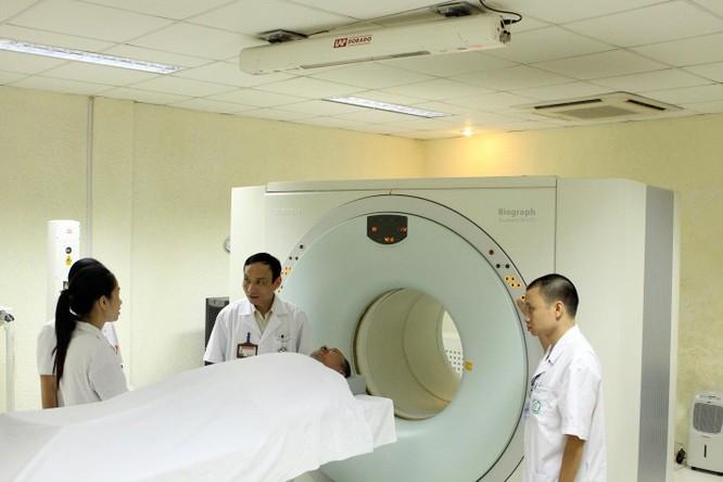 GS.TS. Mai Trọng Khoa (đứng giữa) và các cộng sự chuẩn bị một ca chụp PETCT để mô phỏng lập kế hoạch xạ trị