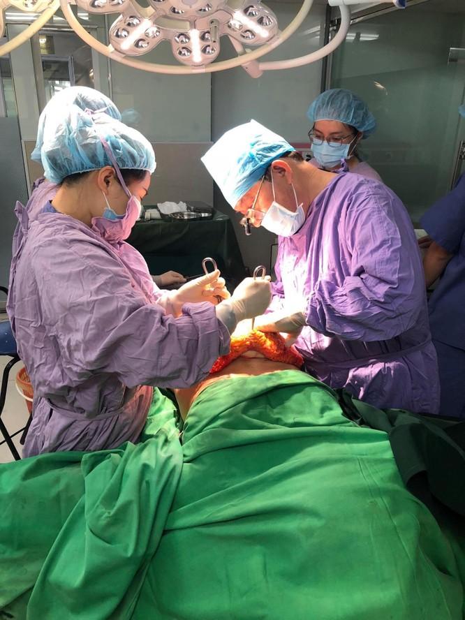 GS.TS. Nguyễn Tài Sơn phẫu thuật nâng ngực thẩm mỹ tại Bệnh viện 108