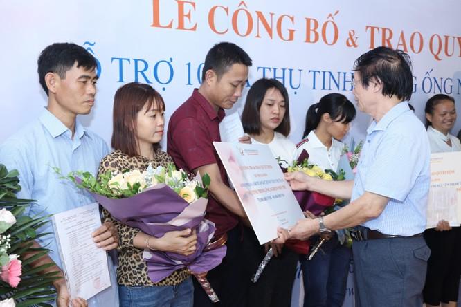 BS. Nguyễn Khắc Lợi trao gói hỗ trợ miễn phí cho các cặp vợ chồng hiếm muộn