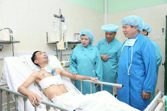 Bộ trưởng Nguyễn Thị Kim Tiến và GS.TS. Trần Bình Giang thăm bệnh nhân được ghép tạng