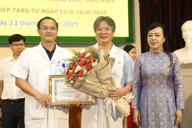 GS.TS. Trần Bình Giang - Giám đốc Bệnh viện Hữu nghị Việt Đức - nhận thưởng từ Bộ trưởng Nguyễn Thị Kim Tiến