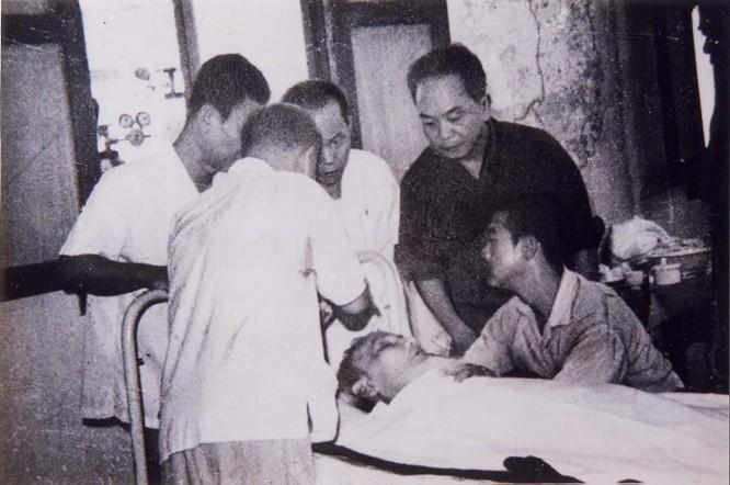 Đại tướng Võ Nguyên Giáp và các đồng chí lãnh đạo Đẩng, Nhà nước bên giường bệnh Hồ Chủ tịch