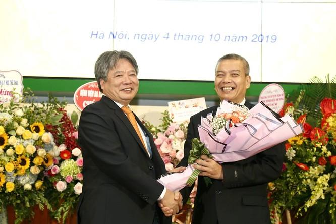 GS.TS Trần Bình Giang chúc mừng PGS.TS. Nguyễn Hữu Ước - tân Giám đốc Trung tâm Tim mạch và Lồng ngực
