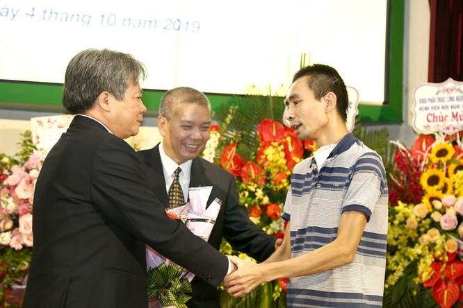 GS.TS Trần Bình Giang và PGS.TS. Nguyễn Hữu Ước chúc mừng bệnh nhân ghép phổi được ra viện