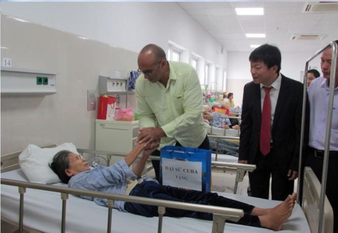 Đại sứ Herminio López Díaz đến thăm Bệnh viện