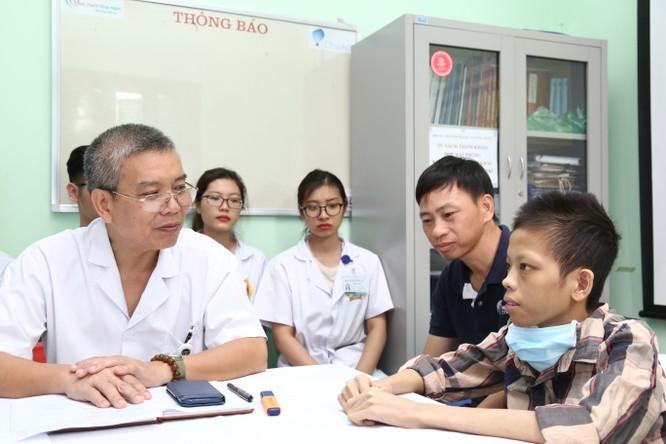 PGS.TS. Nguyễn Hữu Ước trò chuyện với em Đức trước lúc ra viện