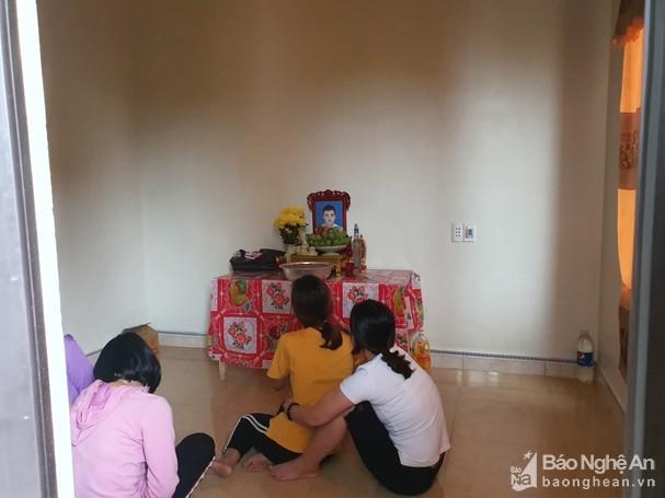 Bàn thờ anh Nguyễn Đình T. (ảnh: Báo Nghệ An)