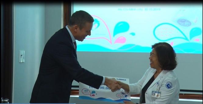 BS.CKII. Nguyễn Bá Mỹ Nhi - Phó Giám đốc BV Từ Dũ tiếp nhận món quà 100 triệu đồng để duy trì