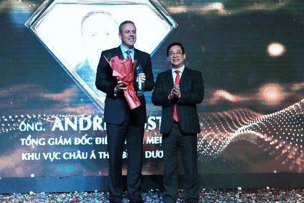 Ông Andre Musto -Tổng Giám đốc điều hành Merck khu vực châu Á Thái Bình Dương nhận hoa chúc mừng từ