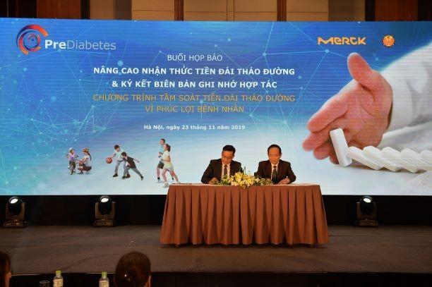 GS.TS. Trần Hữu Dàng và ông Võ Xuân Thắng đại diện Merck Việt Nam ký kết biên bản ghi nhớ chương trình tầm soát tiền ĐTĐ vì phúc lợi bệnh nhân