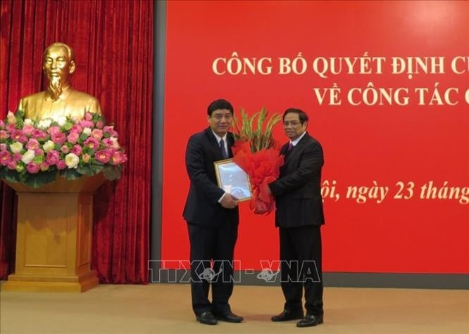 Ông Phạm Minh Chính trao quyết định và chúc mừng ông Nguyễn Đắc Vinh.