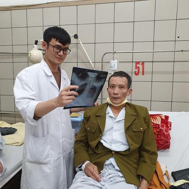 Kiểm tra phim chụp cho bệnh nhân