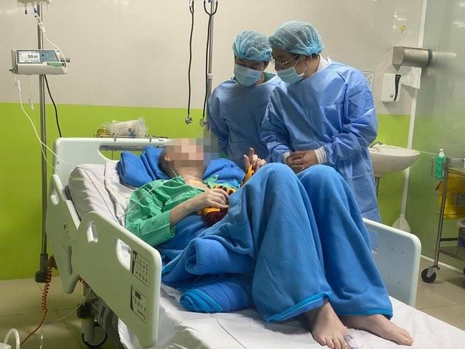 PGS.TS. Lương Ngọc Khuê - Cục trưởng Khám chữa bệnh (Bộ Y tế) thăm bệnh nhân 91 tại BV Chợ Rẫy