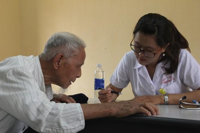 Các thầy thuốc trẻ ở bệnh viện tuyến trung ương khám sức khỏe miễn phí cho bà con vùng cao ảnh 2