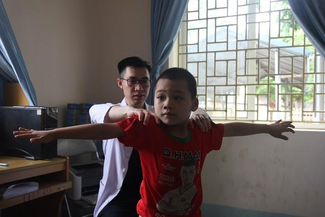 Các thầy thuốc trẻ ở bệnh viện tuyến trung ương khám sức khỏe miễn phí cho bà con vùng cao ảnh 1