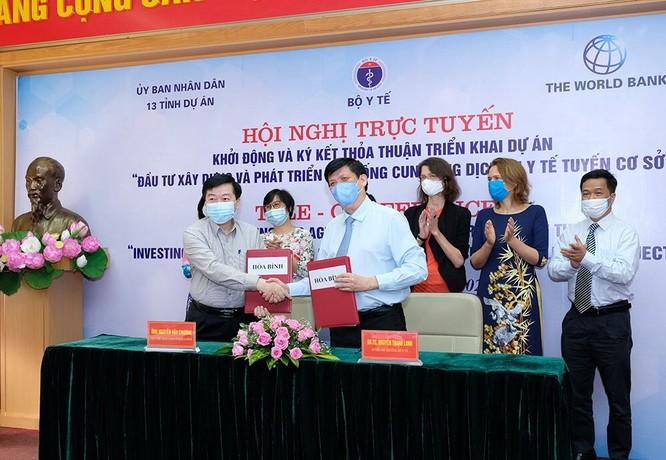 Quyền Bộ trưởng Bộ Y tế Nguyễn Thanh Long ký kết thỏa thuận trách nhiệm triển khai dự án với lãnh đạo các tỉnh (ảnh: Trần Minh)