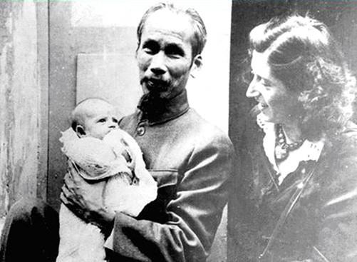 Bác Hồ bế con gái nuôi Elizabeth. Bên cạnh là bà Lucie Aubrac. Ảnh tư liệu