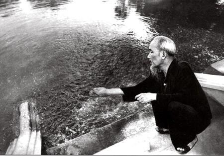 Chủ tịch Hồ Chí Minh bên ao cá trong Khu Phủ Chủ tịch - Ảnh: T.L