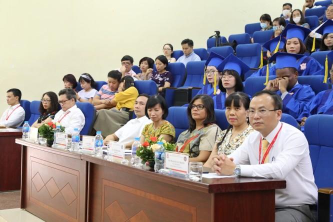 Các đại biểu dự lễ trao bằng Thạc sĩ cho các học viên quốc tế