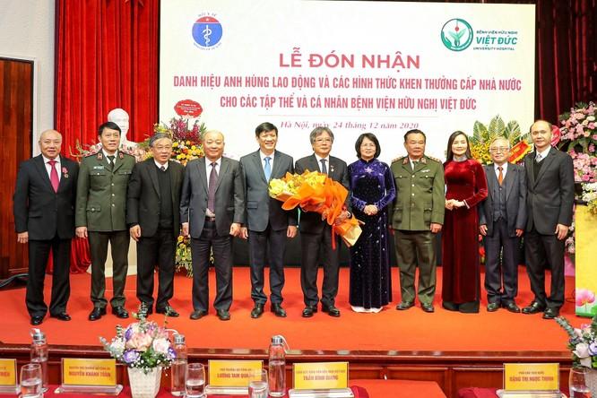 Giám đốc Bệnh viện Việt Đức nhận danh hiệu Anh hùng Lao động vì những cống hiến cho ngành y tế ảnh 5