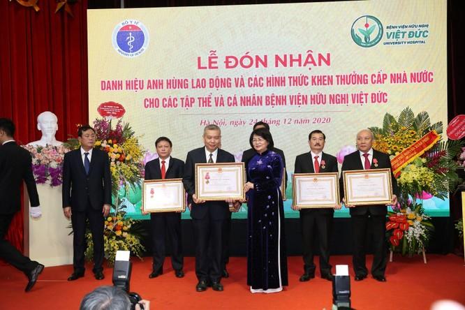 Giám đốc Bệnh viện Việt Đức nhận danh hiệu Anh hùng Lao động vì những cống hiến cho ngành y tế ảnh 7