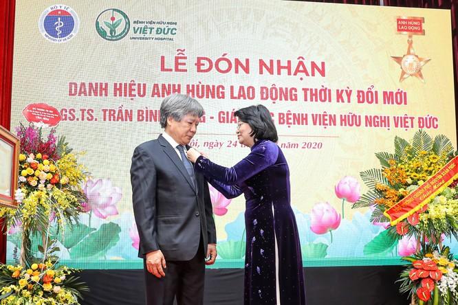 Giám đốc Bệnh viện Việt Đức nhận danh hiệu Anh hùng Lao động vì những cống hiến cho ngành y tế ảnh 1